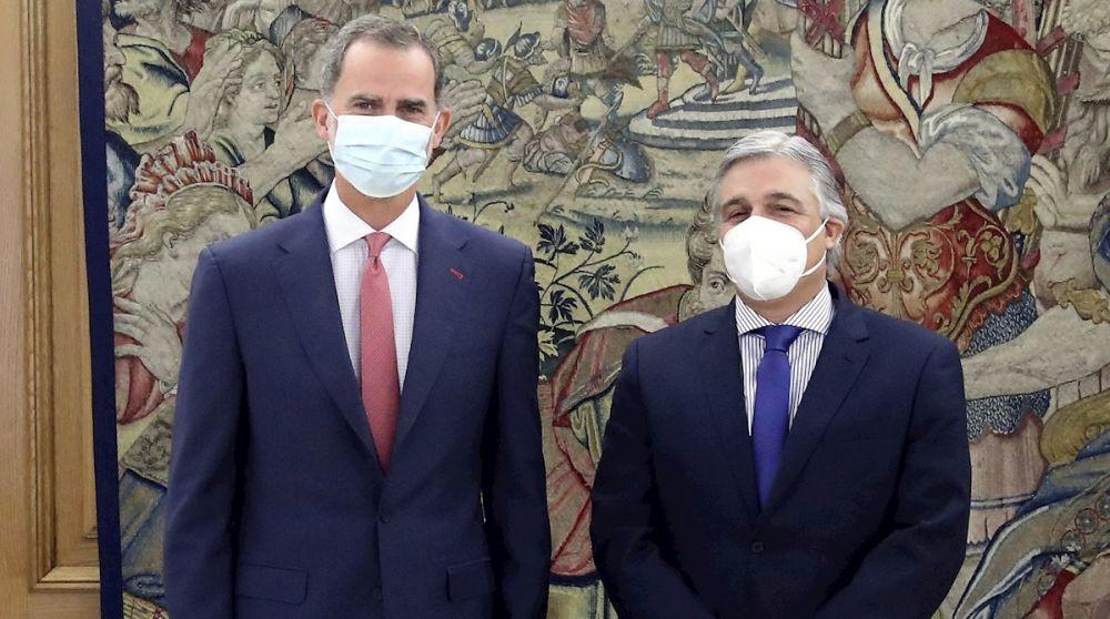 Felipe VI junto al ministro de Relaciones Exteriores de Uruguay, Francisco Bustillos
