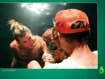 """El 'moderno' bautizo de Justin Bieber y Hailey Baldwin: juntos, en bañador y con un cura """"con gorra"""""""