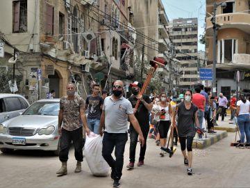 Libaneses recuperan Beirut con sus palas y escobas