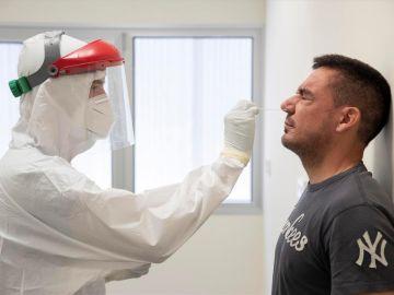 La receta de un profesor de Harvard para acabar con el coronavirus en tres semanas: test baratos, en casa y cada dos días