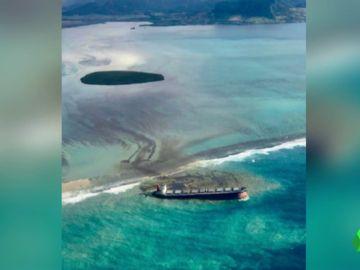 """Un vertido de petróleo amenaza a la Isla de Mauricio: podría ser """"la peor crisis mediambiental de la historia"""""""