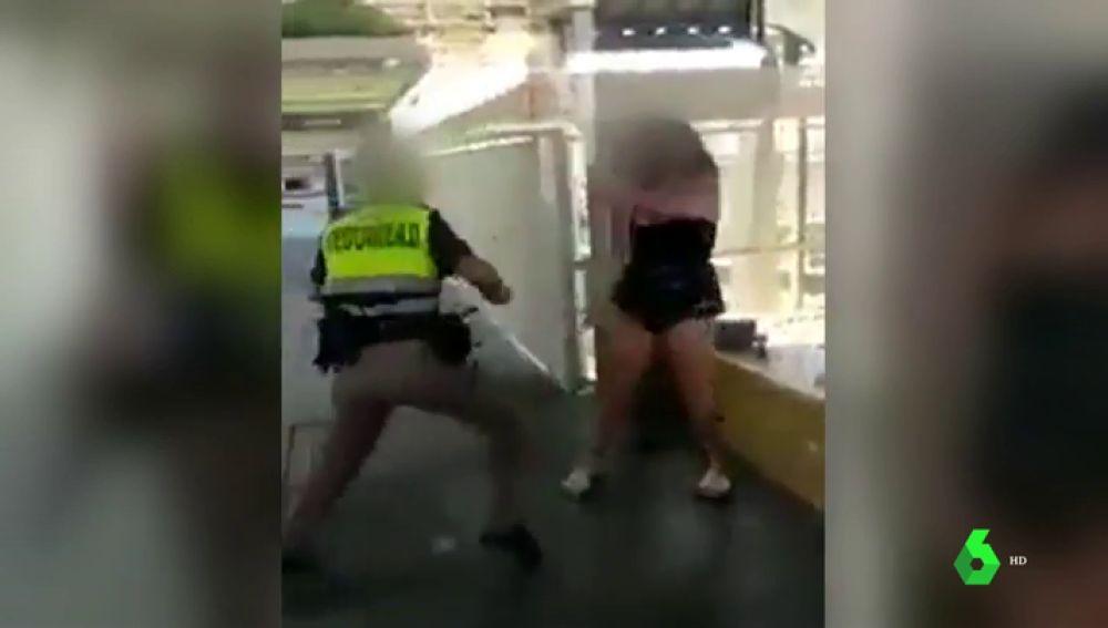 Imagen de la vigilante agredida por dos jóvenes en Fuengirola