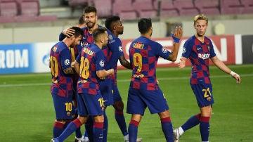 Los jugadores del Barcelona se abrazan tras un gol