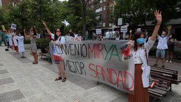 Varias personas concentradas ante la Consejería de Hacienda de Madrid