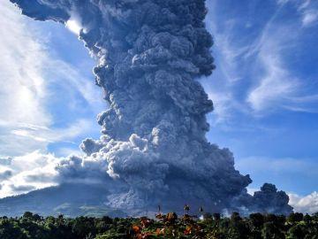 Imagen de la gran columna de humo expulsada por el volcán Sinabung