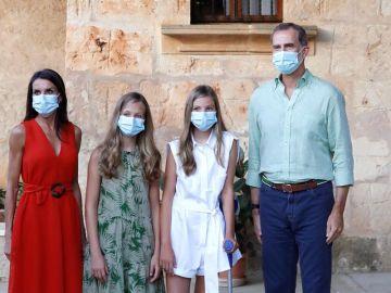 Los reyes y sus hijas en Petra, Mallorca