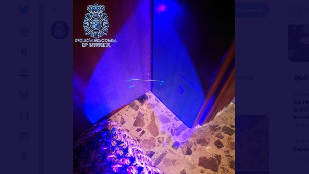 Imagen de una puerta marcada con un hilo de silicona