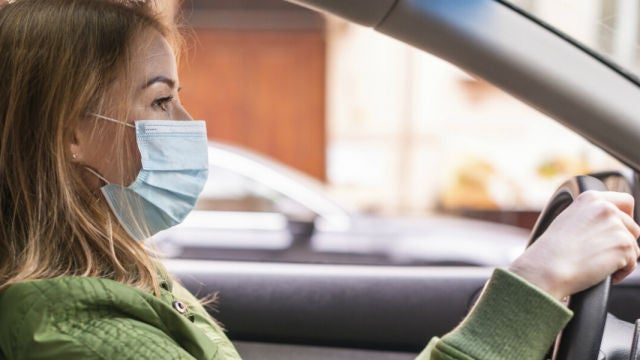 Cómo guardar las mascarillas en el coche: tirarlas puede suponer una sanción de 3000 euros