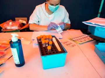Una sanitaria prepara pruebas del coronavirus