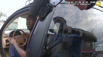 Salen a la luz nuevas imágenes de la detención de George Floyd: llora y repite que no puede respirar