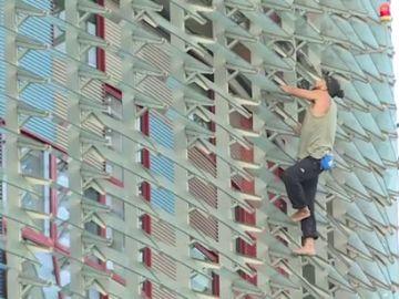 Un joven escala la torre Agbar de Barcelona descalzo y sin medidas de seguridad