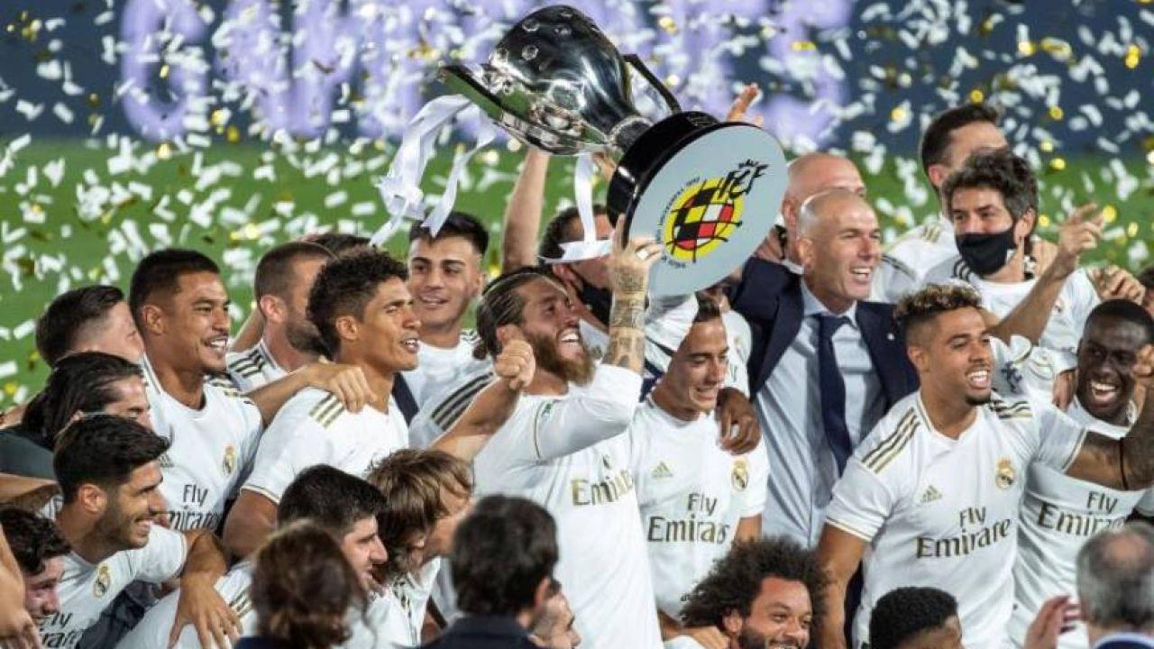 Ramos levanta el trofeo de la Liga.