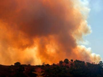 Vista del incendio declarado esta tarde en el término municipal de Almonaster la Real (Huelva)
