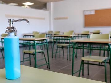 Un dispensador de gel hidroalcohólico en un aula de un instituto