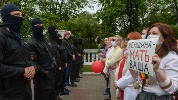 Imagen de mujeres protestando contra la violencia policial en Minsk