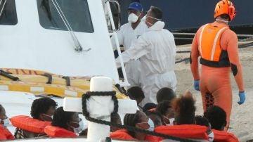Imagen de migrantes llegando al puerto de Lampedusa