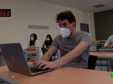 Imagen de un alumno con un ordenador