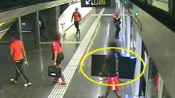 Las cámaras de Metro captan a un ladrón con la televisión robada