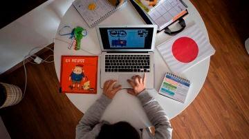 Teletrabajo: una profesora prepara una clase online