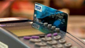 Una tarjeta Visa, en un datáfono