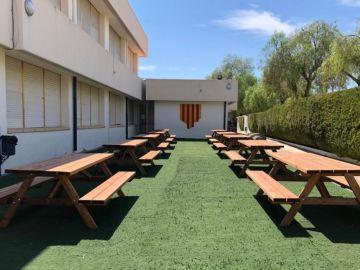 Las mesas al aire libre del colegio Port de Xàbia