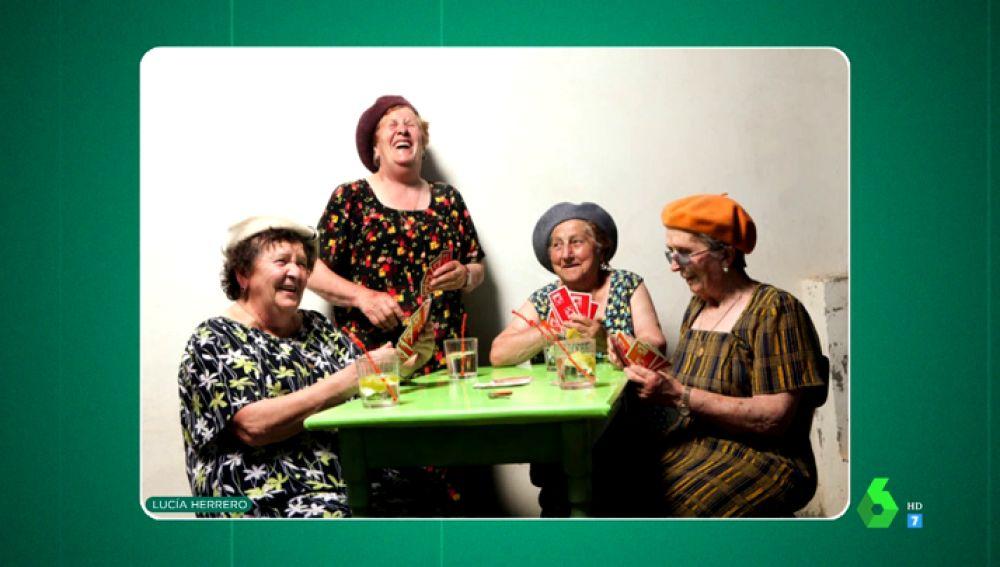 'Tributo a la bata': las emocionantes fotografías que homenajean el trabajo diario de las mujeres en sus casas