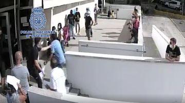 El momento en el que un policía intenta reducir al agresor