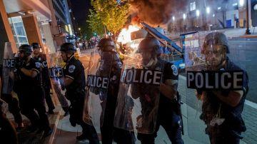 Enfrentamiento entre la policía y manifestantes durante una protesta contra el racismo (Archivo)