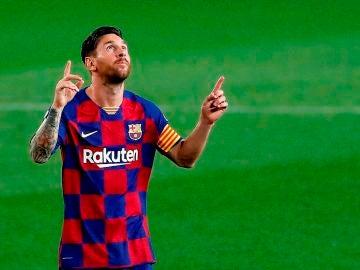 Messi apunta al cielo