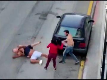 Graban una violenta pelea a puñetazos y patadas por un coche mal aparcado en Girona