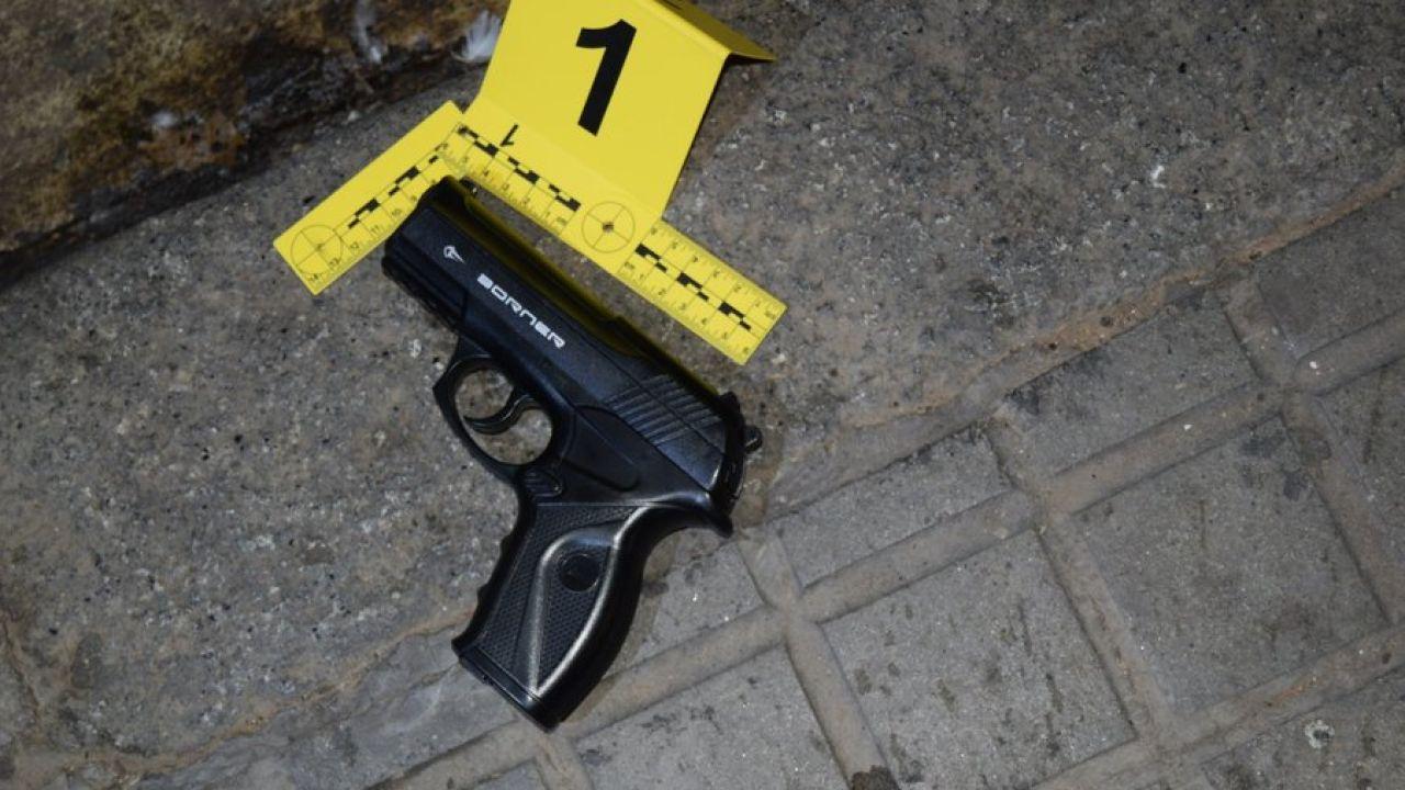 Imagen de la pistola de aire comprimido que el detenido arrojó al contenedor de plástico