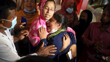 Familiares de los muertos en la explosión de Bangladesh