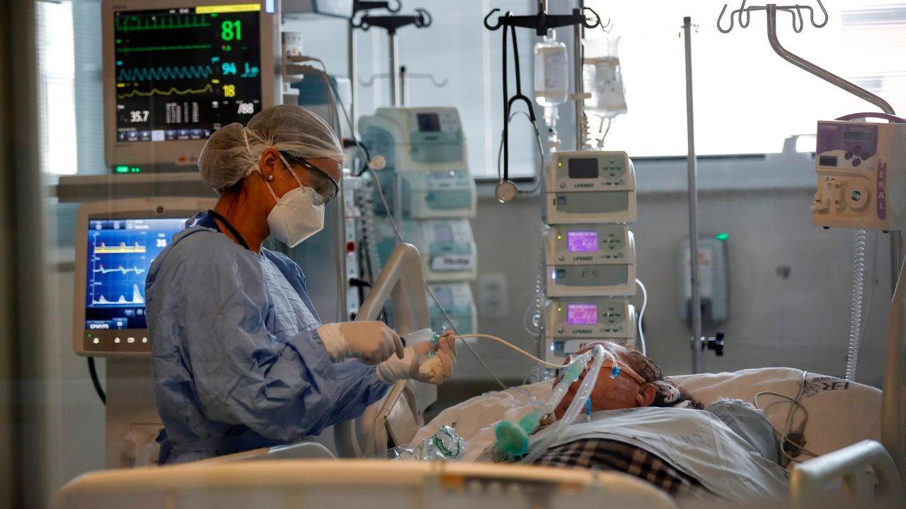 Una sanitaria suministra medicamentos a un paciente enfermo