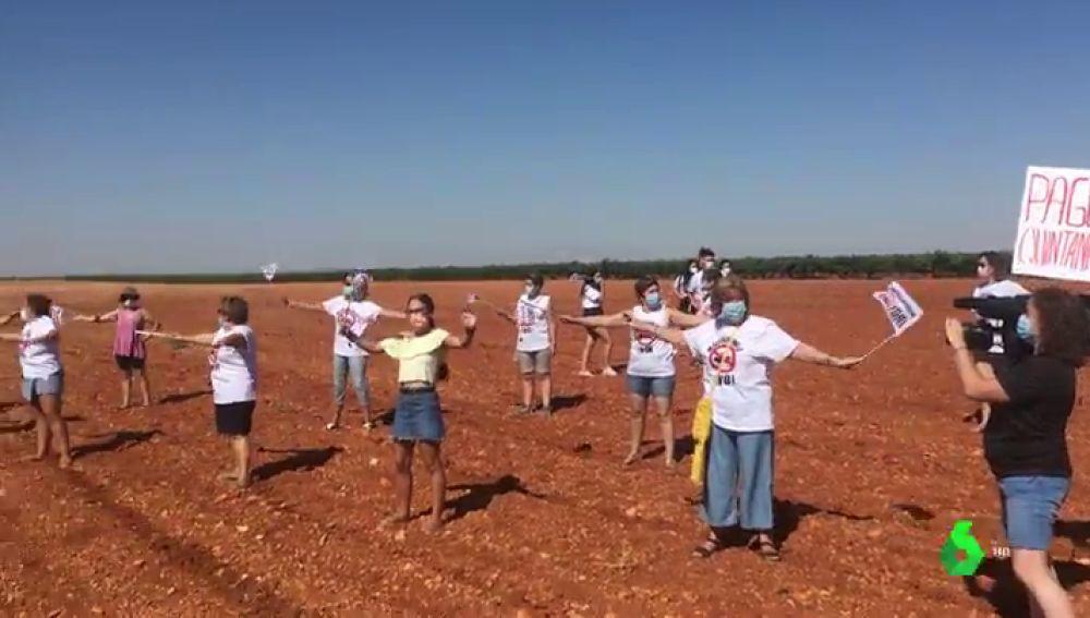 Manifestación en Quintanar del Rey contra una macrofranja porcina