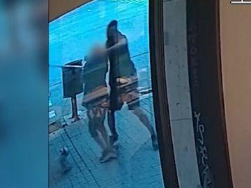 Imagen de un hombre robando a una anciano en Barcelona