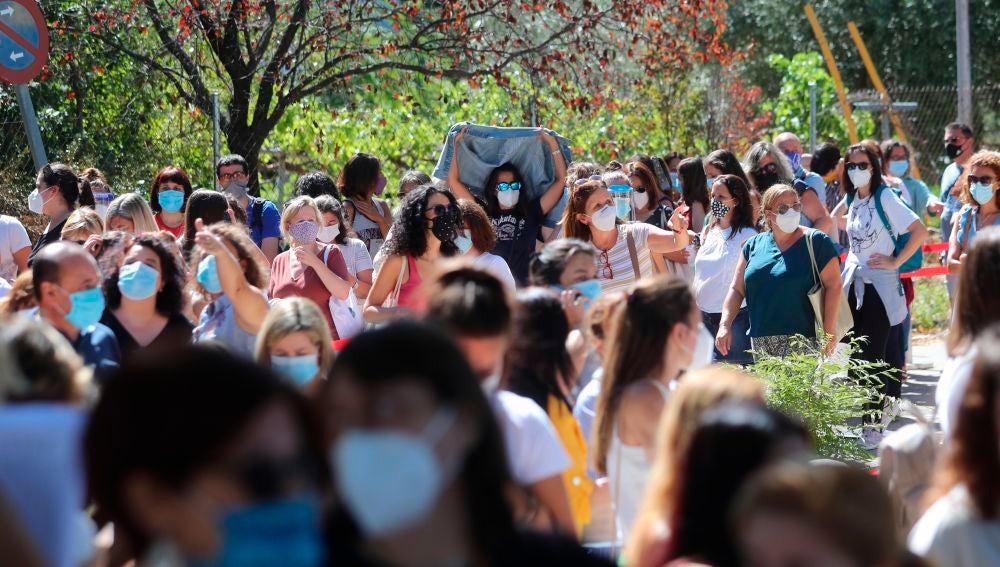 Cientos de profesores y personal de centros educativos guardan cola para realizar un test de anticuerpos en el IES Virgen de la Paloma en Madrid