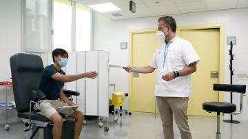 Un paciente es atendido por un gestor de covid-19 en el CAP Roger de Barcelona