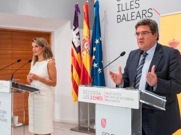La ministra de Trabajo y Economía Social, Yolanda Díaz, el ministro de Inclusión, Seguridad Social y Migraciones, José Luis Escrivá, durante una rueda de prensa