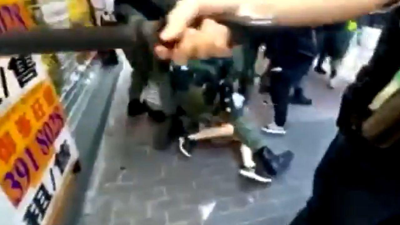 Imagen de la brutal detención de una joven de 12 años durante una manifestación en Hong Kong