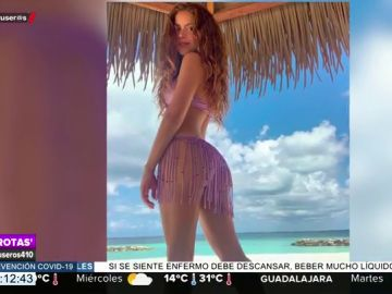 El increíble posado de Shakira en la playa con un bikini muy exótico diseñado por ella