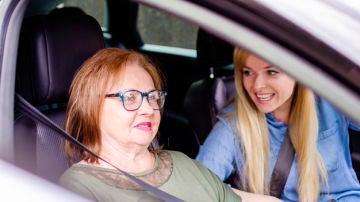 Conducir con personas mayores: consejos a tener en cuenta