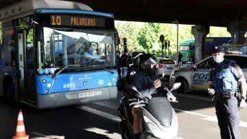 La Policía Local realiza controles este lunes en Puente de Vallecas.