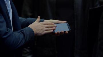 """El """"impresionante"""" truco de magia con el que Cameron Black se libra de un tiro: así se hace con el móvil de Mikhail"""