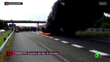 Los trabajadores de Alcoa cortan la A-6 con barricadas con fuego en una semana decisiva en las negociaciones de la fábrica
