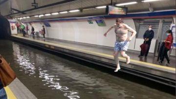 Los usuarios del Metro de Madrid bromean con memes sobre las inundaciones.