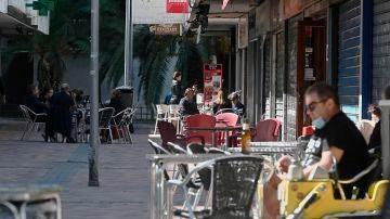 Varias personas en las terrazas del barrio madrileño de Orcasitas, en el distrito de Usera