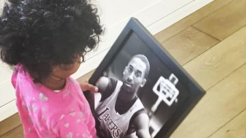 La hija de Kobe Bryant, con una foto de su padre