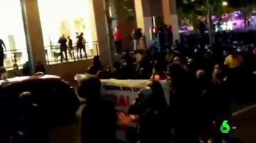"""Vecinos de Vallecas se manifiestan contra Ayuso y las recientes cargas policiales: """"Menos policías y más sanitarios"""""""