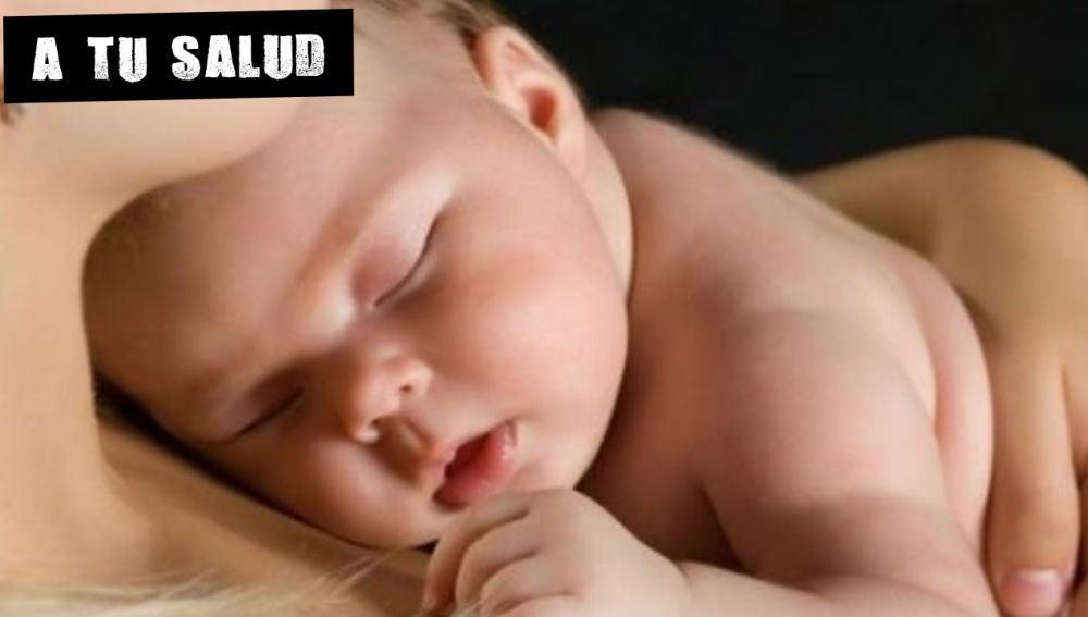 Bebé durmiendo sobre una mujer