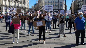 Protestas del colectivo de la Enfermería frente a la Presidencia de la Comunidad de Madrid